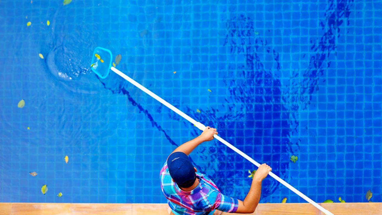 Uw zwembad winterklaar maken begint met het schoonmaken van het water.